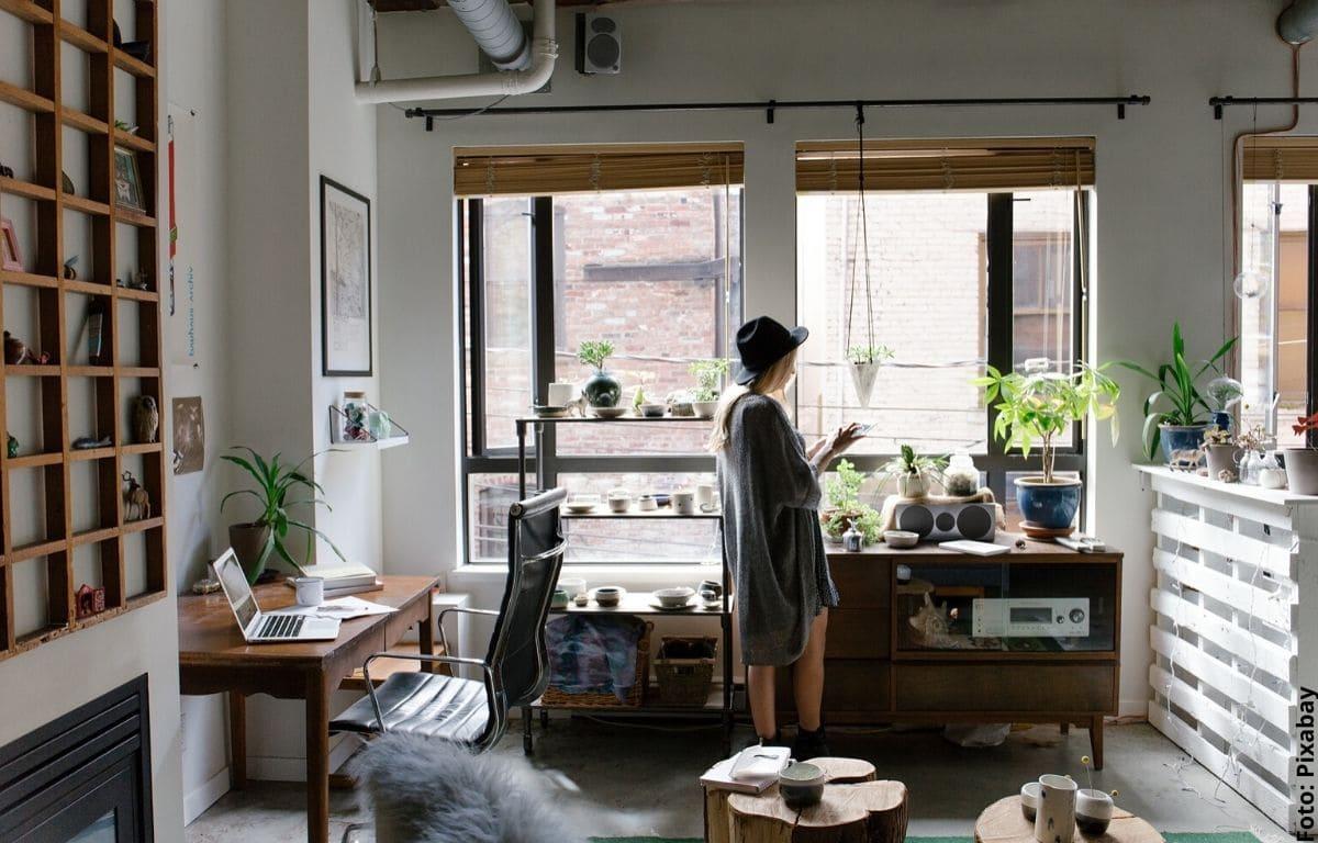 mujer en una casa