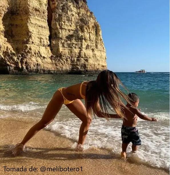 mujer en traje de baño con un niño