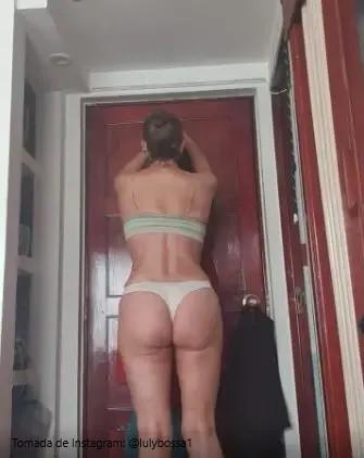 mujer de espaldas en ropa interior