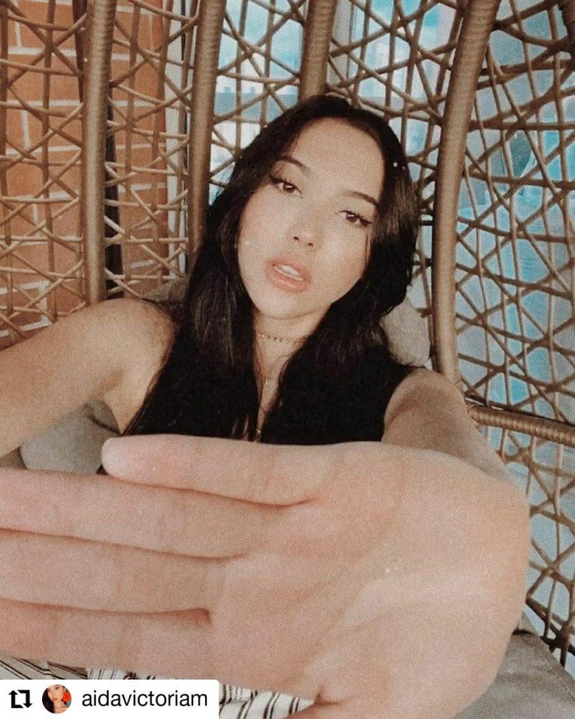 mujer tapando cámara con sus manos
