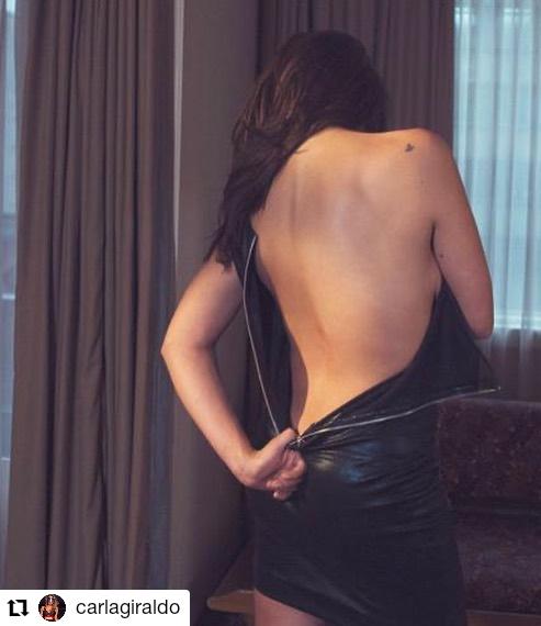 mujer quitándose un vestido
