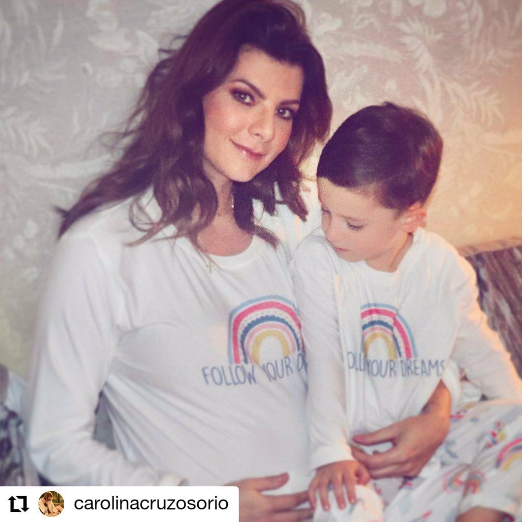 mujer embarazada con un niño al lado