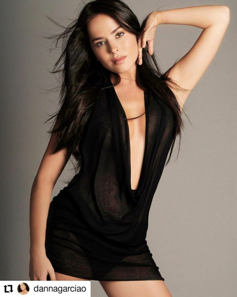 mujer con vestido negro con escote