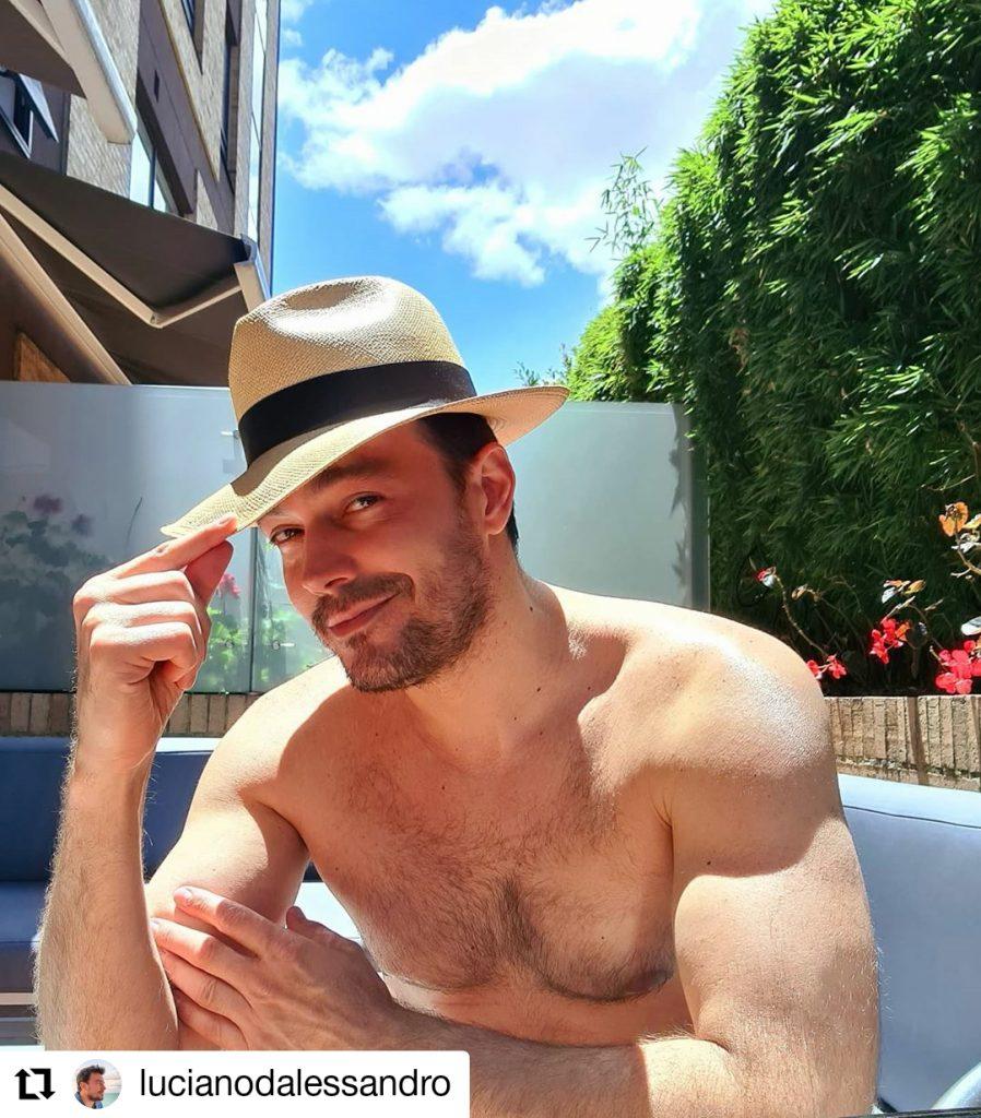 hombre sin camisa y con sombrero