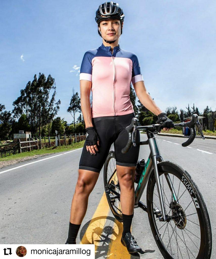mujer con una bicicleta