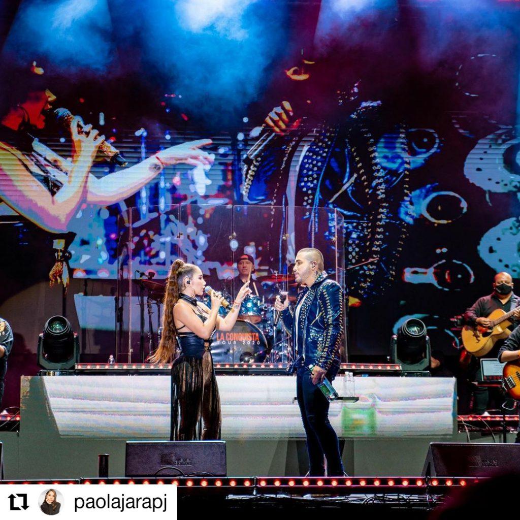 hombre y mujer cantando