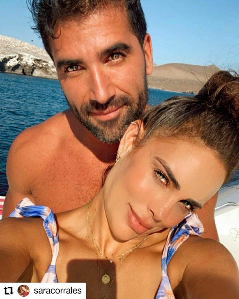 mujer y hombre sonriendo para foto