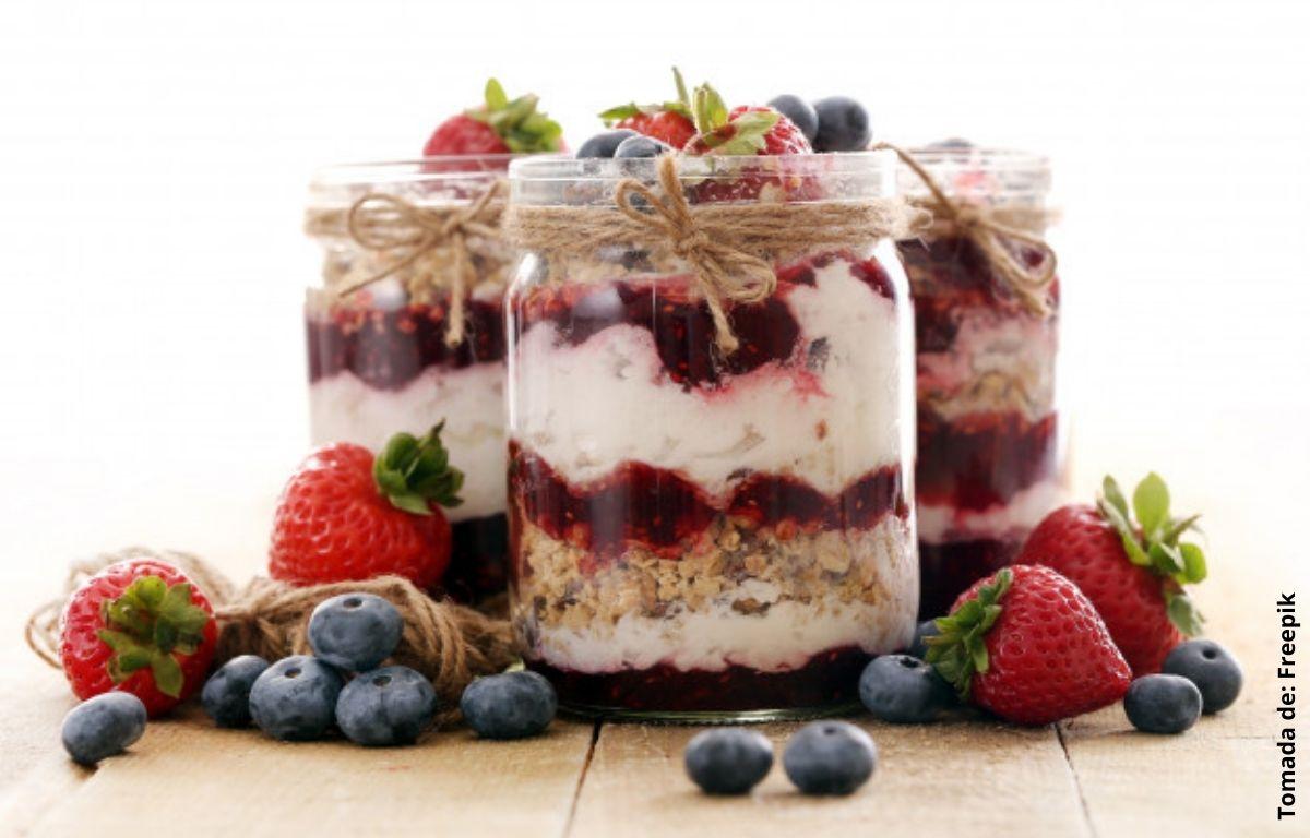platillo de fruta yogurt y granola