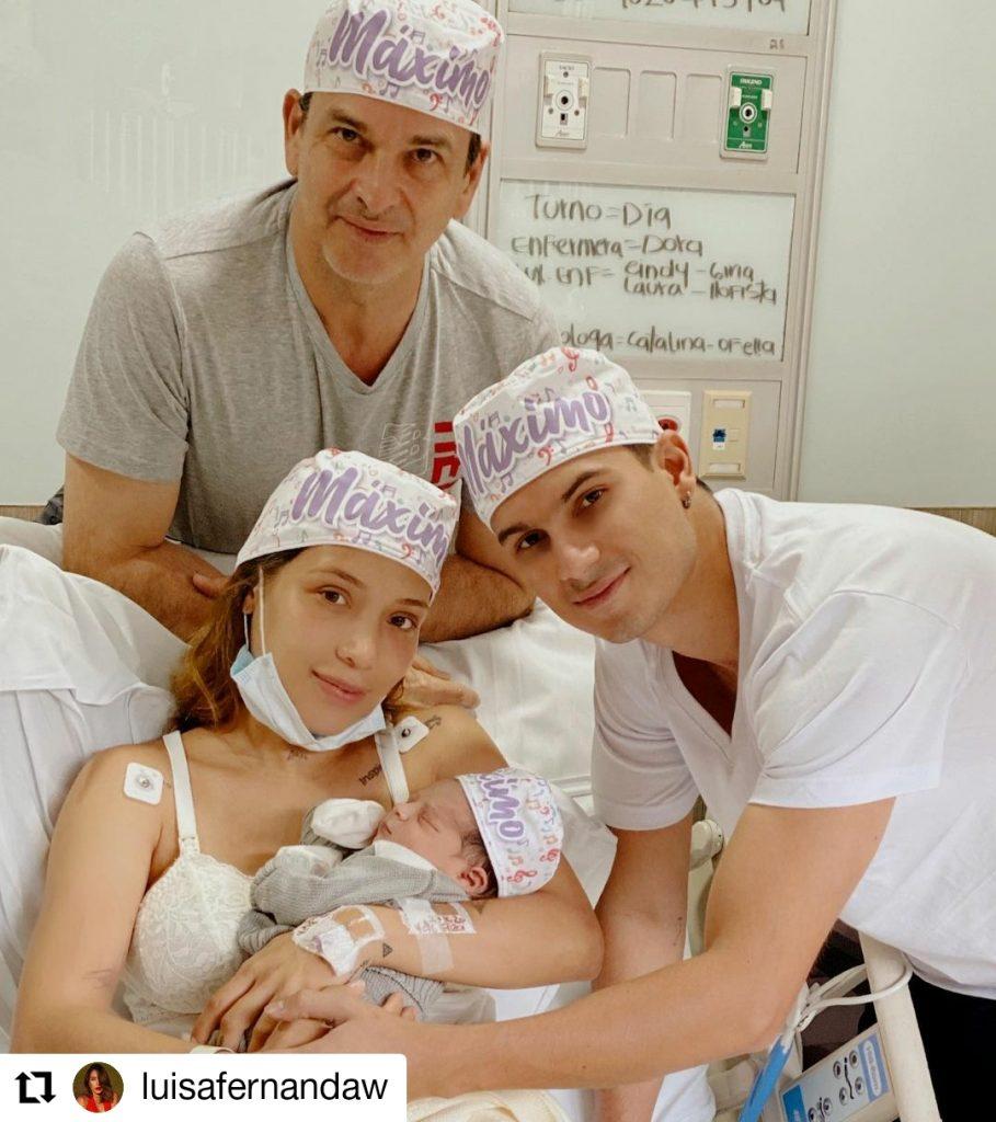 mujer y dos hombres con un bebé
