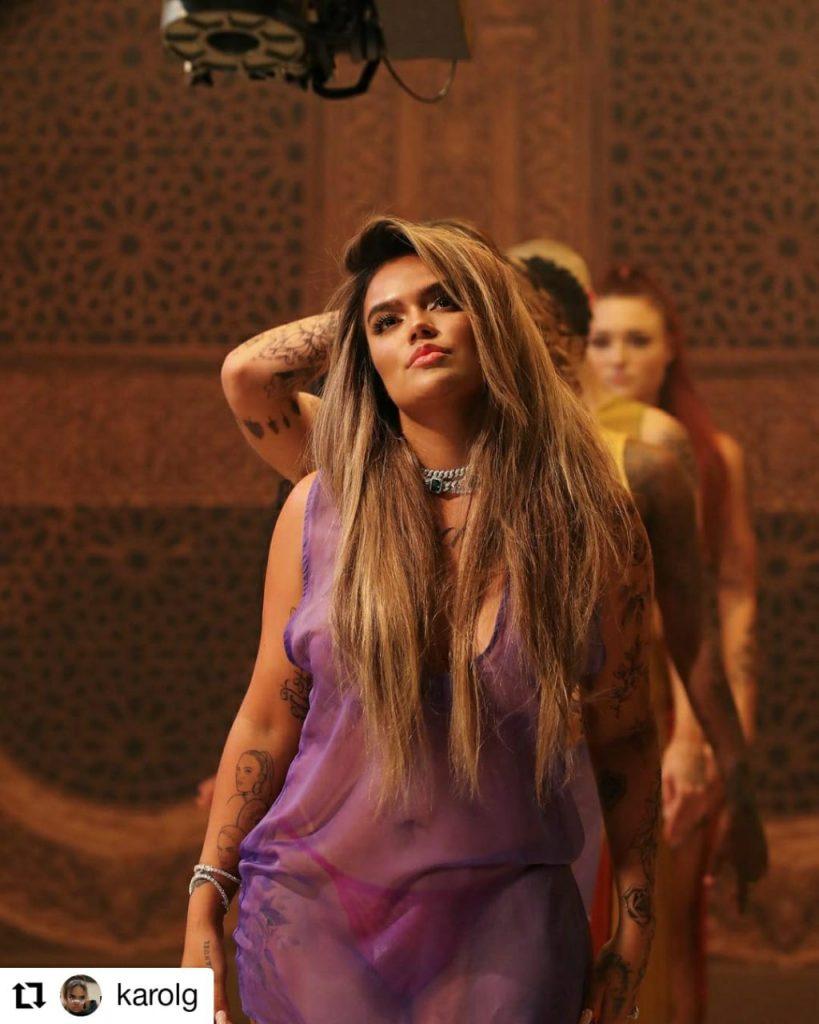 mujer con vestido morado