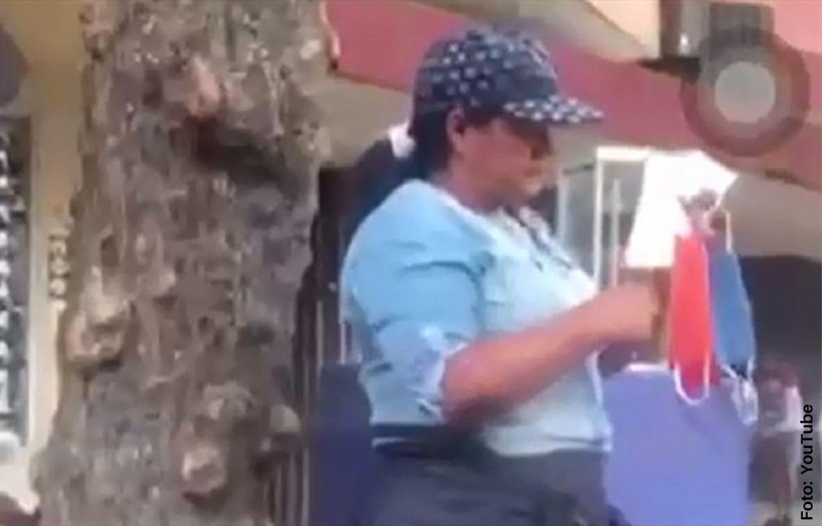 Mujer es sorprendida limpiándose la nariz con tapabocas que vendía