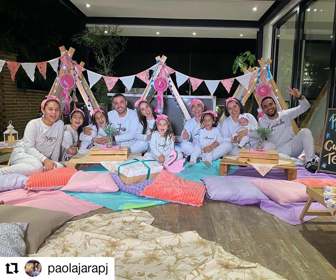 personas en una pijamada
