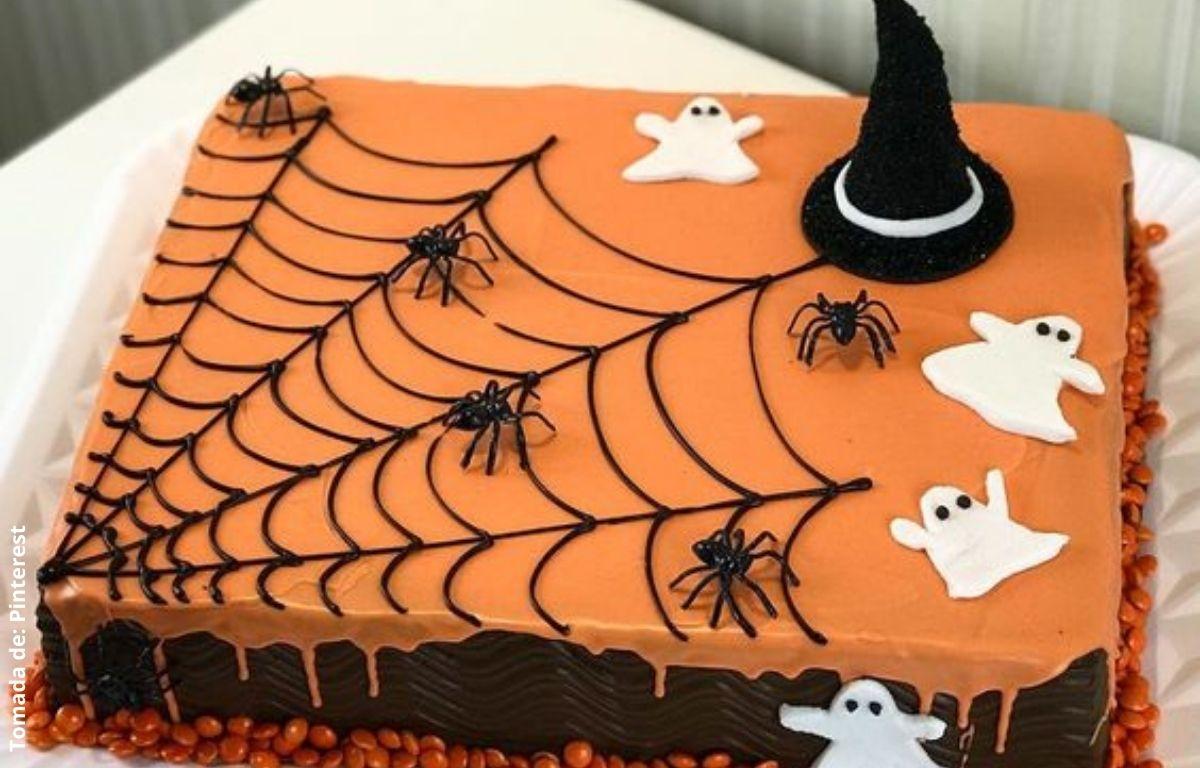 torta decorada con fantasmas y arañas