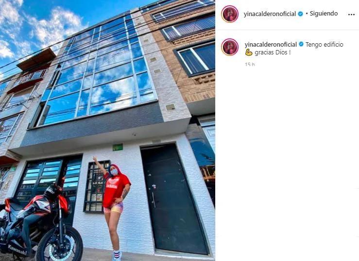mujer tomándose una foto fuera de un edificio