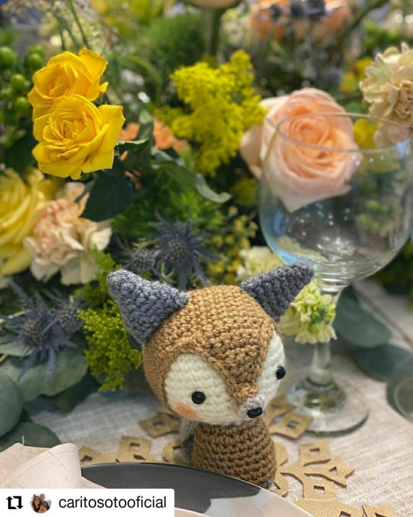 foto de un peluche y unas flores