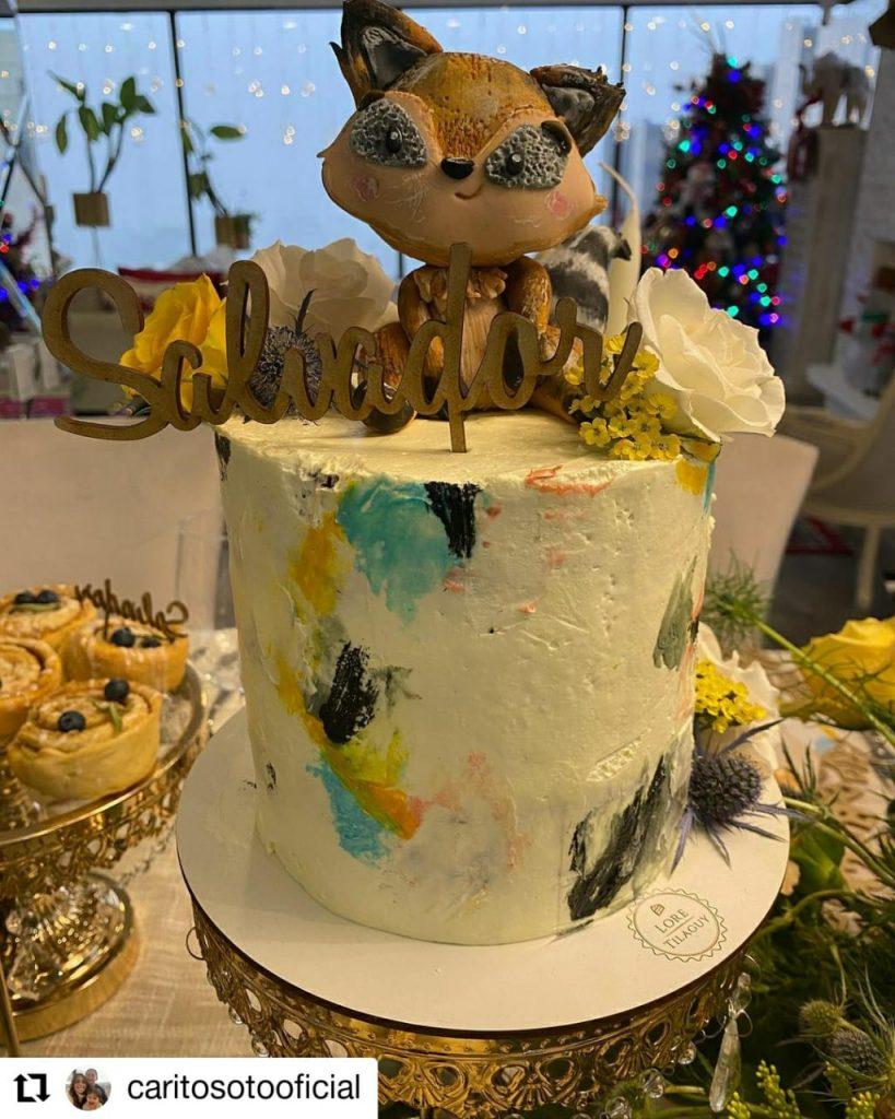 foto de un pastel con un zorro de muñeco
