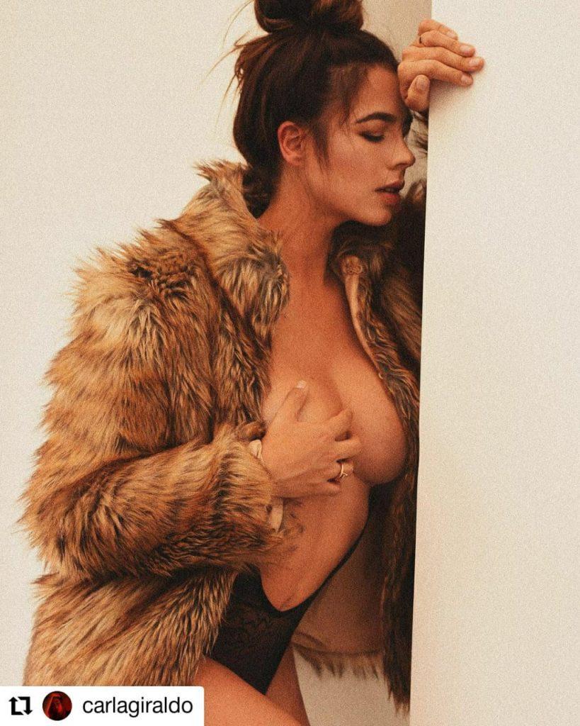 foto de una mujer usando un abrigo