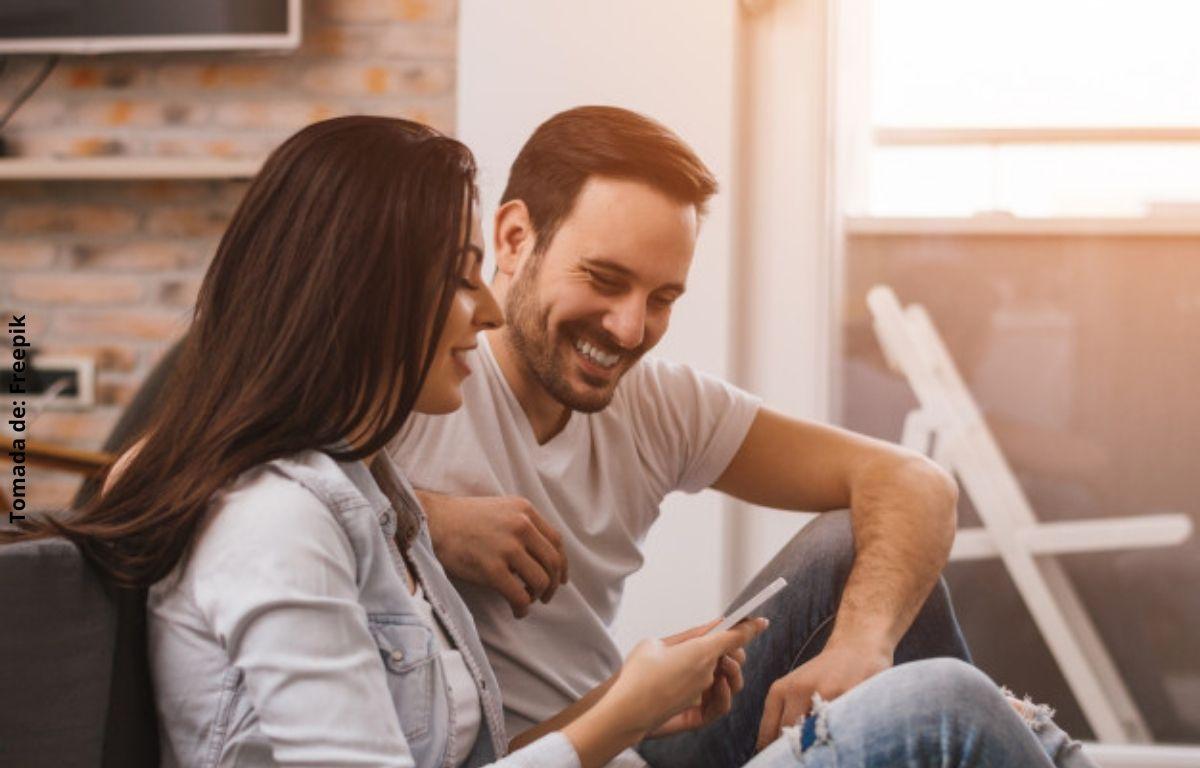 foto de un hombre y una mujer sonriendo