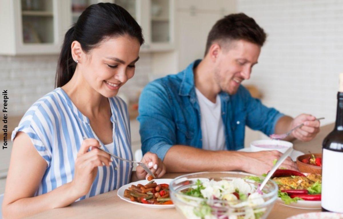 foto de un hombre y una mujer comiendo