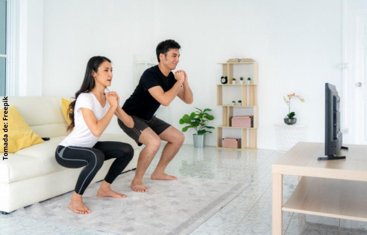 foto de un hombre y una mujer haciendo ejercicio