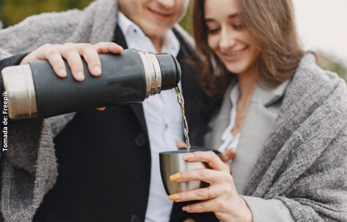 foto de un hombre y una mujer tomando agua
