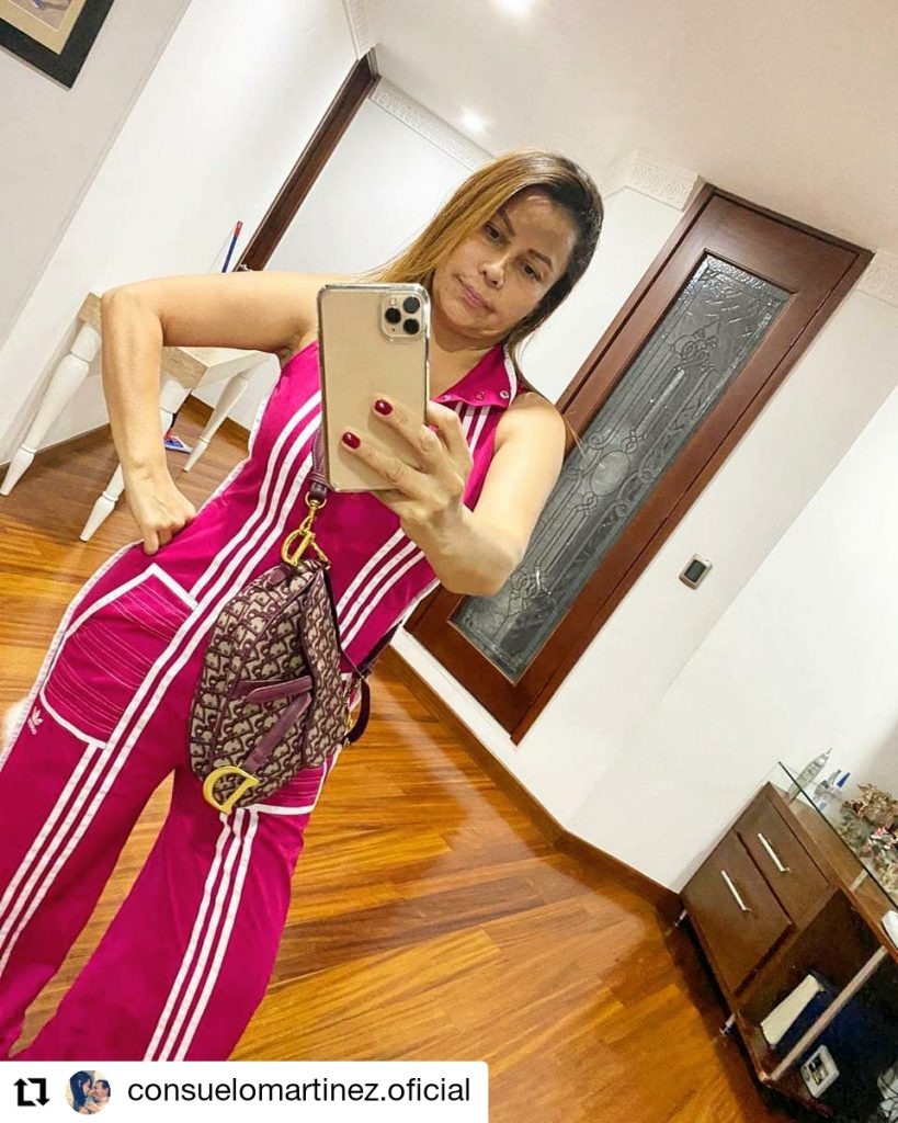 foto de mujer con un celular