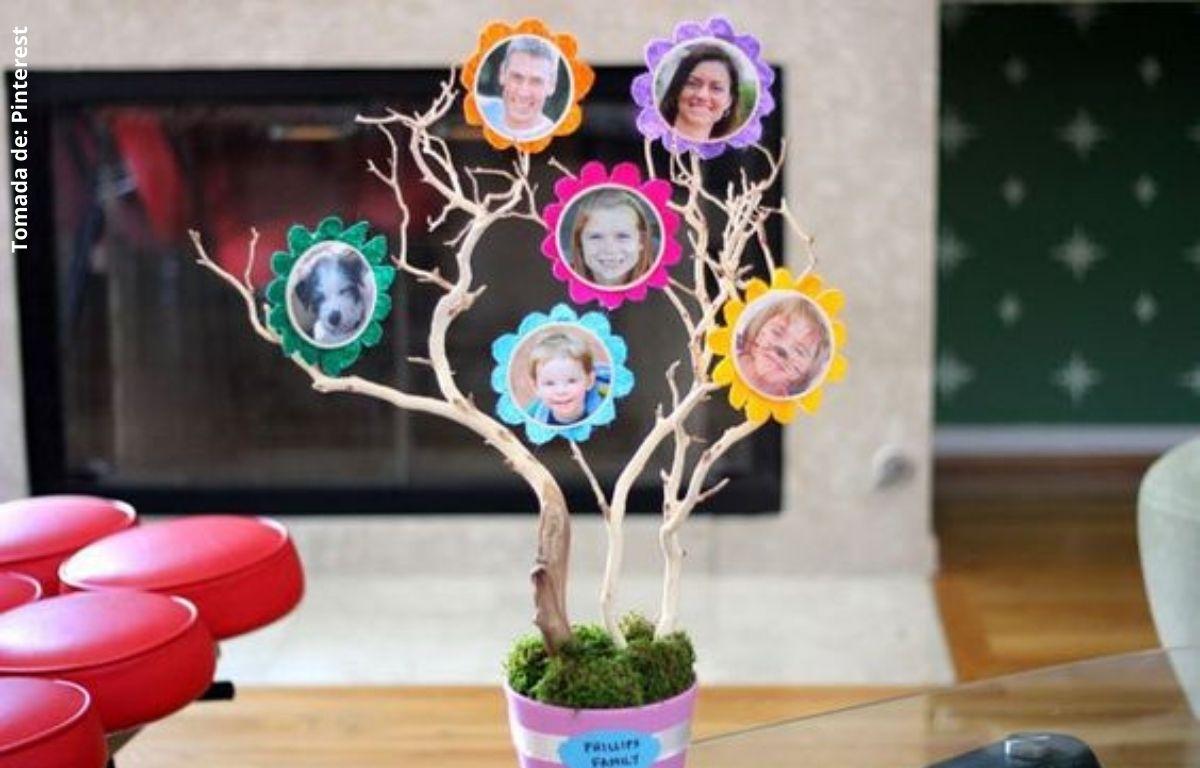 foto de un árbol hecho con objetos reciclables