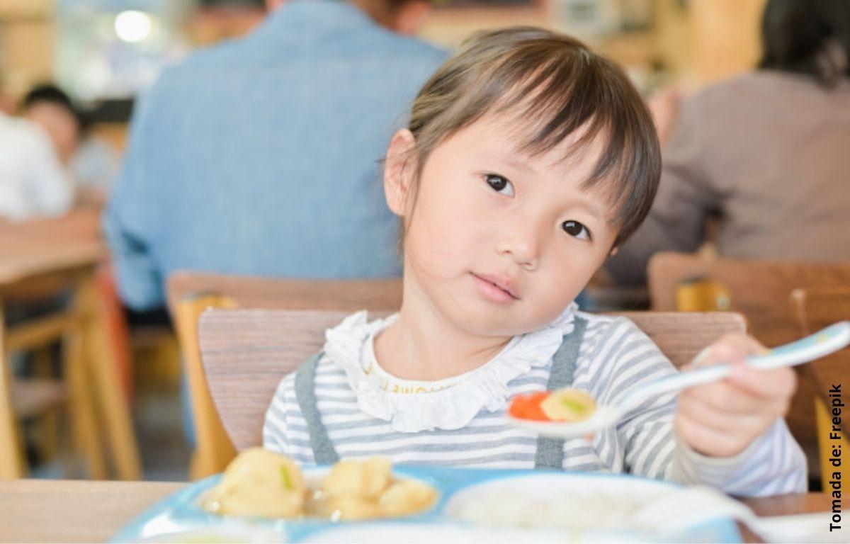 foto de una niña comiendo