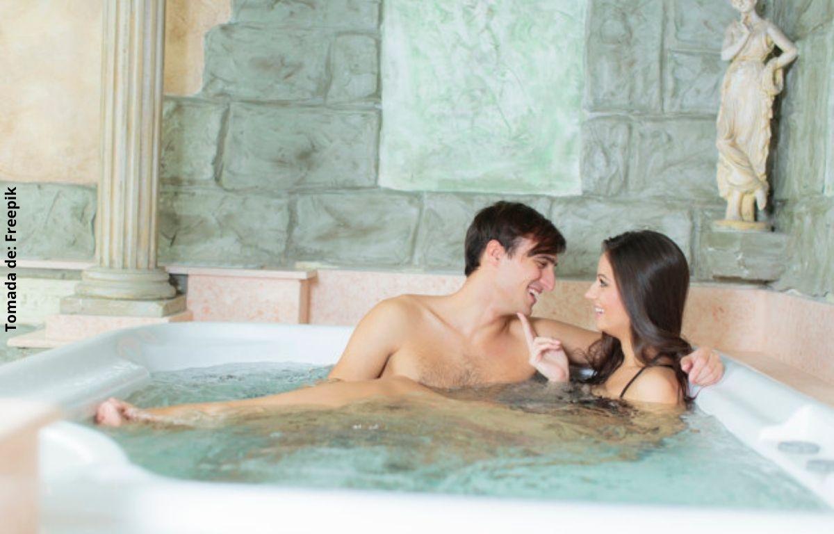 foto de dos personas en una bañera