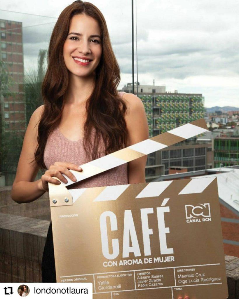 foto de mujer sonriendo con una plaqueta de cine en sus manos