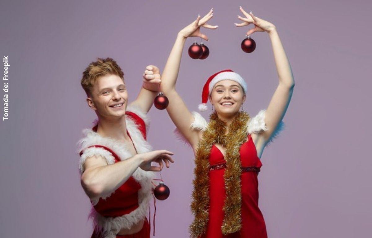 foto de dos personas disfrazadas de navidad