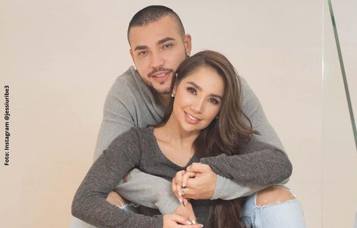 Jessi Uribe generó desagrado al besar los pies de Paola Jara