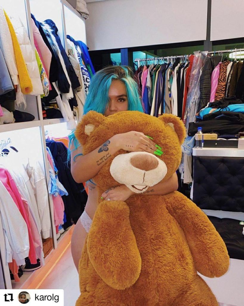 foto de mujer con un oso de peluche