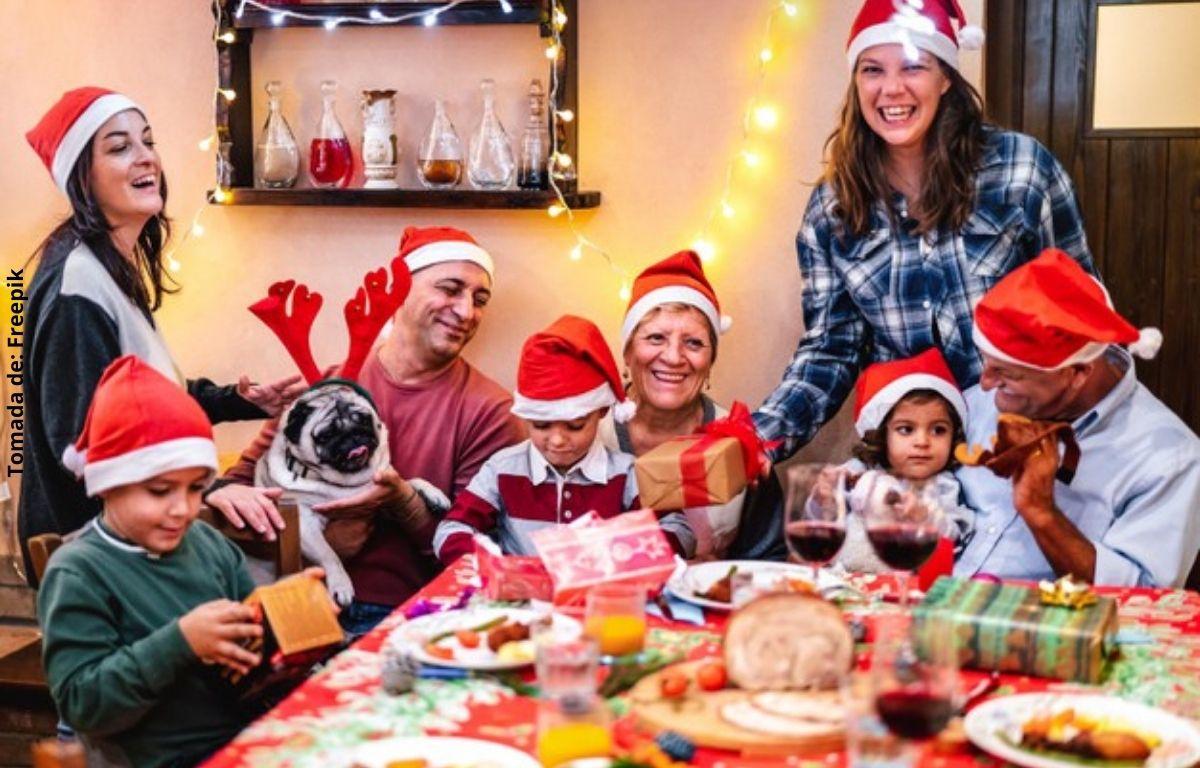 foto de una familia reunida feliz