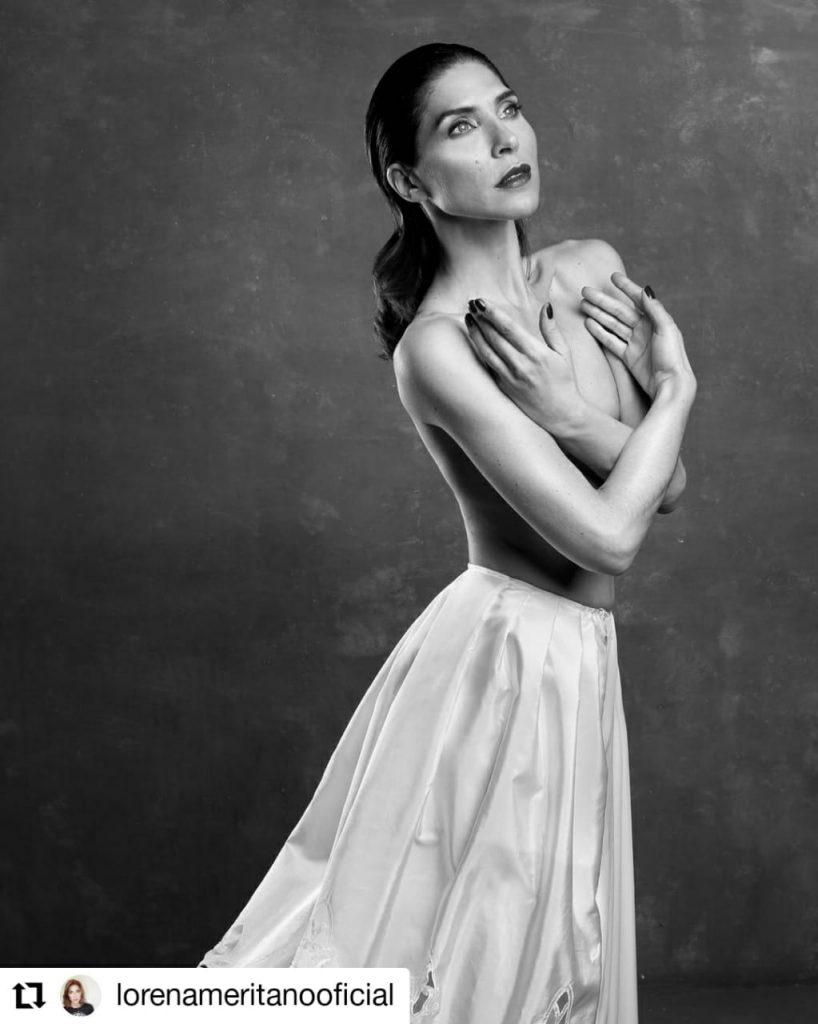 foto de una mujer con falda blanca