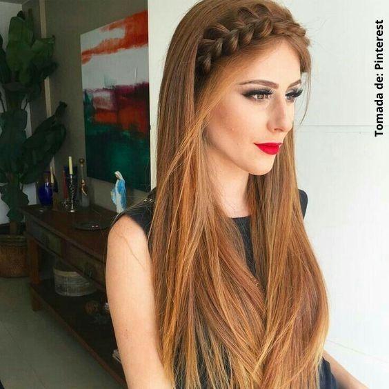 mujer con cabello liso y largo