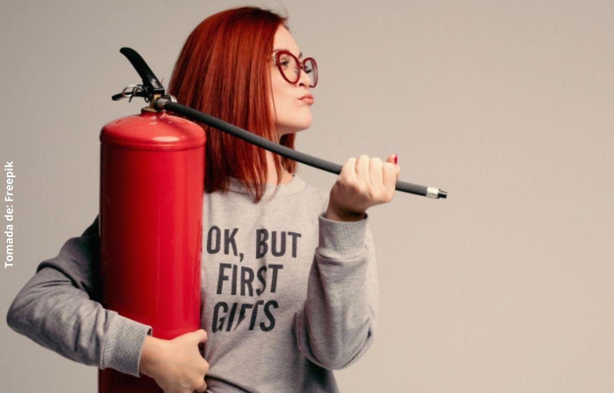 foto de una mujer con un extintor