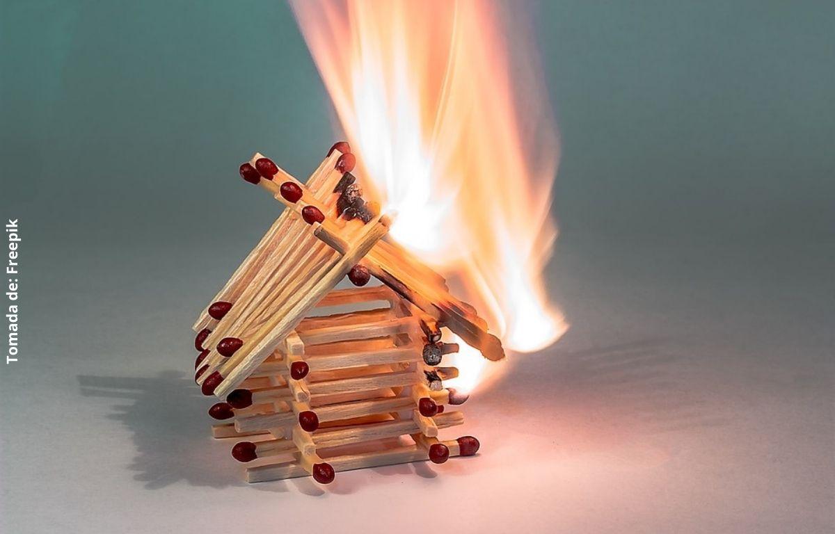 foto de una casa de fósforos quemándose