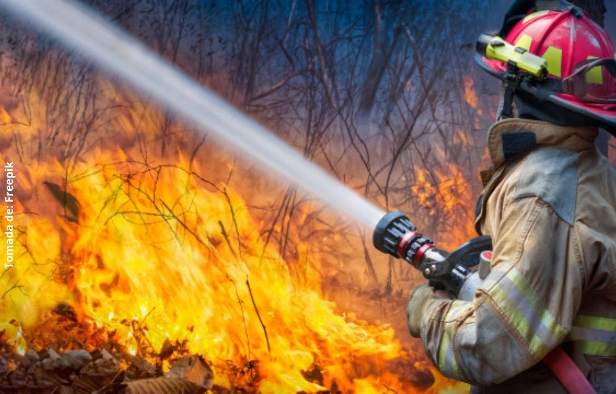 foto de un bombero apagando fuego