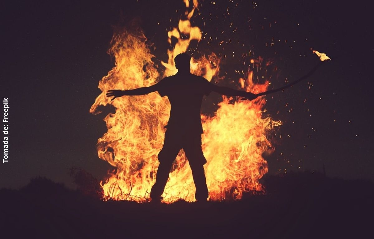 foto de un hombre con fuego