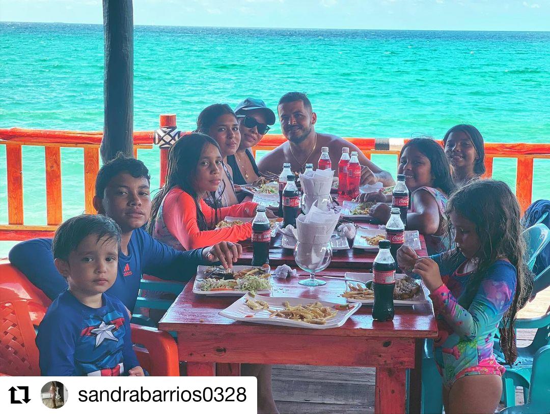 foto de varias personas reunidas comiendo