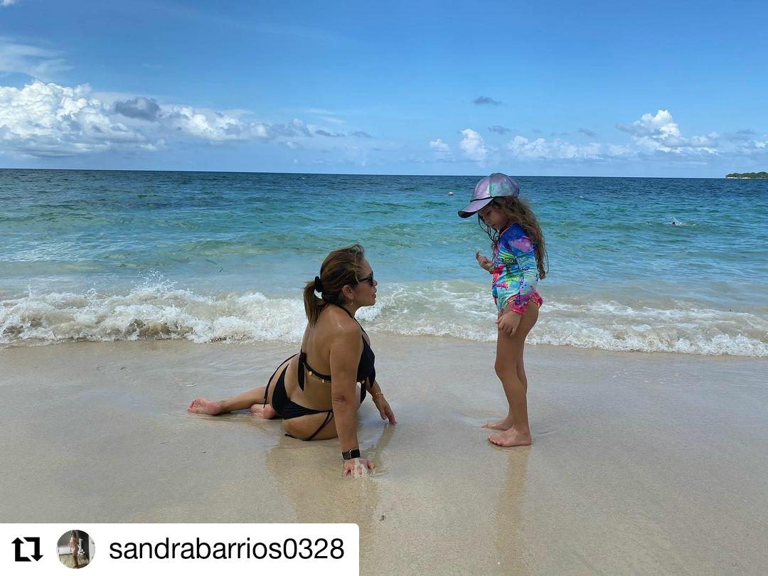 foto de una mujer y una niña en la playa