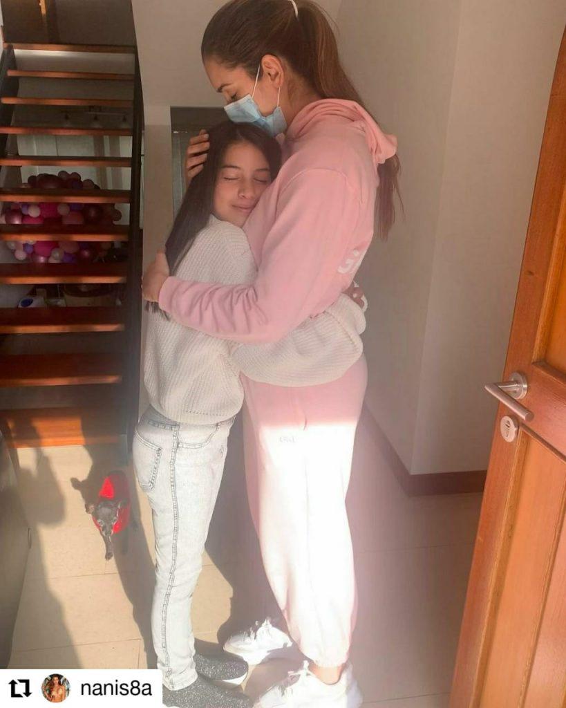 foto de una mujer y una niña abrazándose