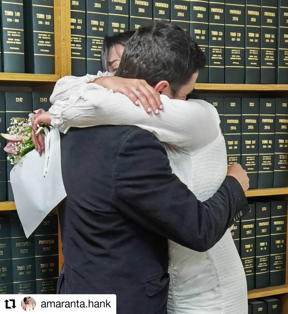 foto de dos personas abrazadas
