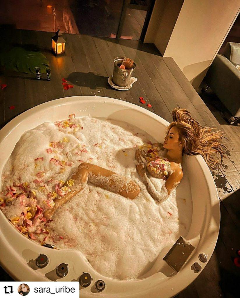 foto de mujer en una bañera