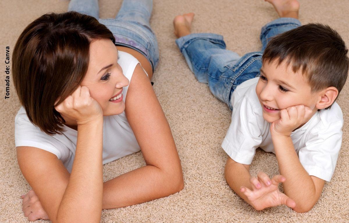 foto de una mujer y un niño sonriendo
