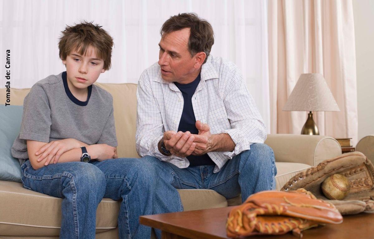 foto de un hombre hablando con un niño
