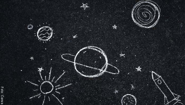 Foto de un tablero con planetas dibujados en tiza