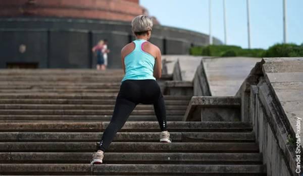 Foto de una mujer subiendo una escalera