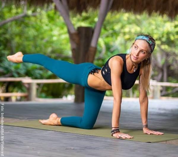 Foto de una mujer haciendo círculo con pierna extendida